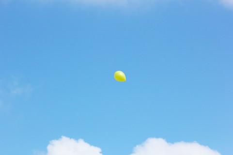 空と黄色い風船