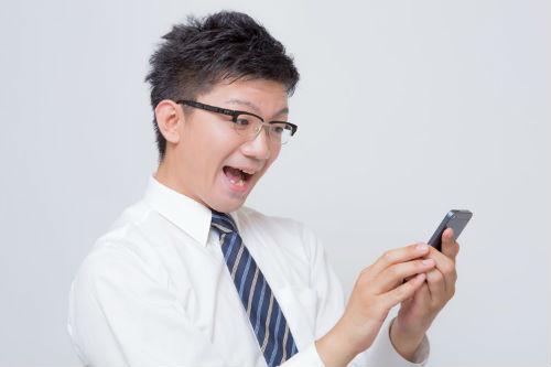 iPhoneを操作する男性