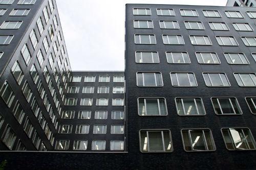 同じ窓のオフィスビル