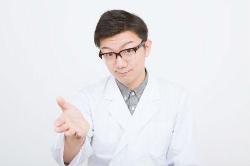 白衣を着た医師