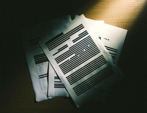 黒く塗りつぶされた書類