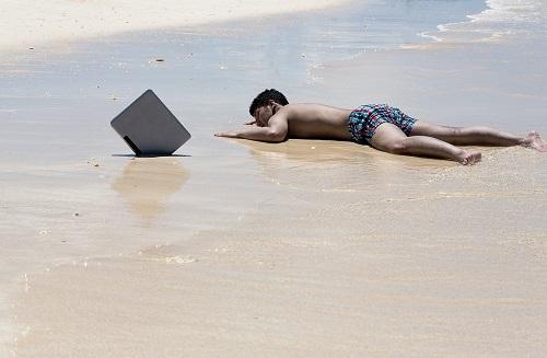 砂浜に打ち上げられたノマドワーカー